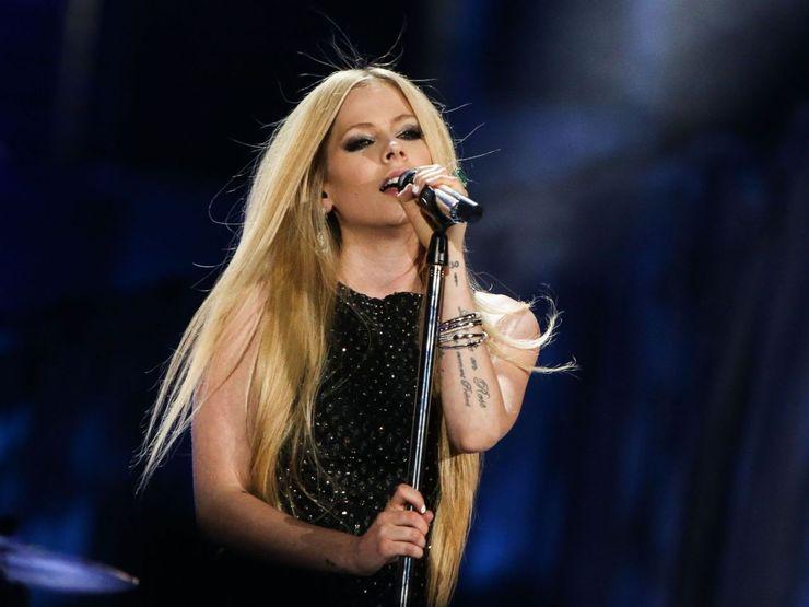 Avril Lavigne performs Fly in 2015Via Celebuzz