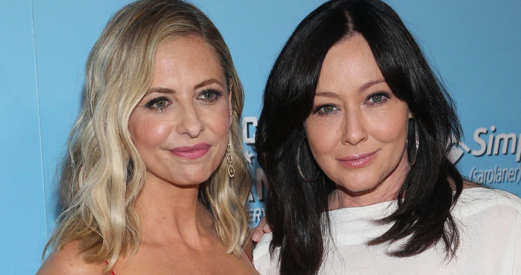 Sarah Michelle Gellar & Shannen Doherty Hilariously Try To Ride Inflatable Bull... And Fail